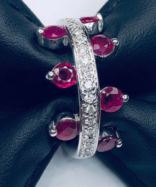 Anello in oro bianco 18 kt con diamanti e rubini