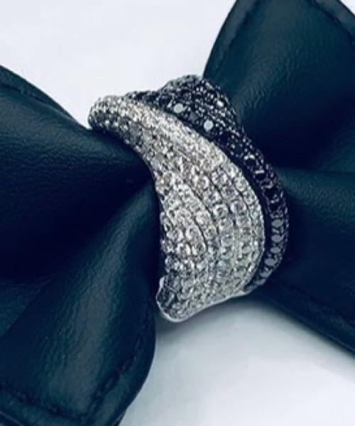 Anello in oro bianco 18 kt e diamanti bianchi e neri